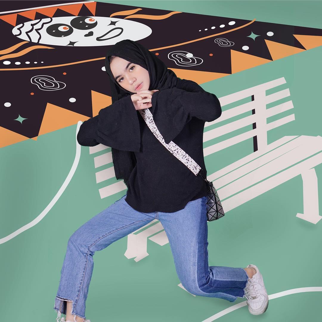 Outfit Baju Remaja Berhijab Ala Selebgram 2018 top blouse rajut lengan lebar pashmina hitam slingbag handbag totebag abu abu kets sniekers putih longpants jeans denim sobek bawah outfit ootd 2018 selebgram gaya casual simple bahan kain wolf kursi hijau orange