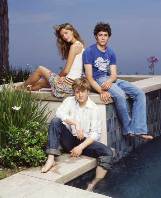the oc season 1 promotional photo ryan, seth, marissa barefeet pool