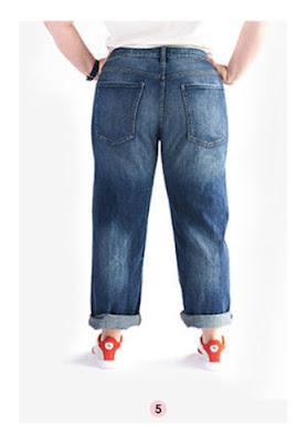 Полная женщина в джинсах с потертостями