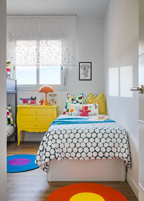 dormitorio infantil decorado con alegres colores chicanddeco