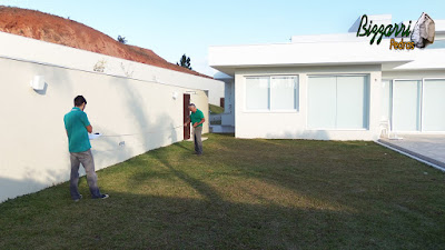 Bizzarri, da Bizzarri Pedras, visitando um casa em condomínio em Atibaia-SP, onde vamos fazer os caminhos de pedra no jardim com o pergolado de madeira e a horta de temperos. 11 de maio de 2017