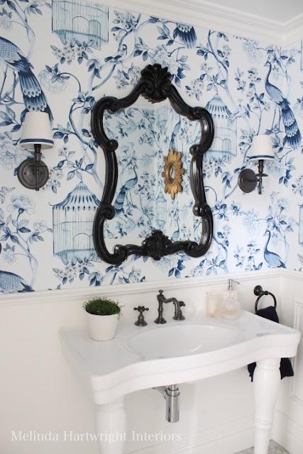 łazienka wyłożona tapetą