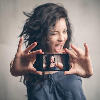 Tips melakukan Selfie agar mendapatkan ANgel dna posisi yang memukau