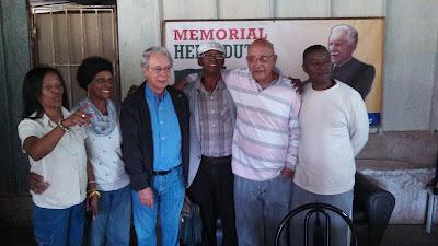 Imagens de Frei Betto em visita ao Memorial Hélio Dutra em Cuba