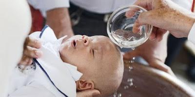 imagem de uma criança sendo batizada