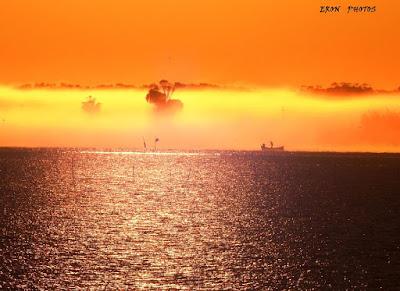 pescador cedo da manhã no mar