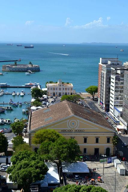 """Pour la petite histoire, Pelhourinho veut dire """"Pilori"""", les esclaves étaient fouettés, à mort parfois sur cette place. Il se dit que les riches assistaient au spectacle depuis leur balcon...Superbe hein... ?"""