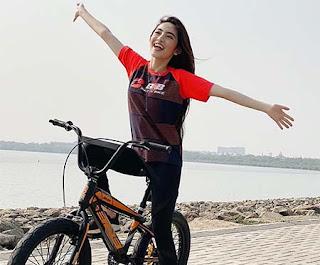 Natalie Zenn Bawa Sepeda