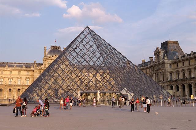 Pyramide du Louvre (Louvre Pyramid) by I.M. Pei, Cour Napoléon (Napoleon Courtyard), Palais du Louvre (Louvre Palace), Paris
