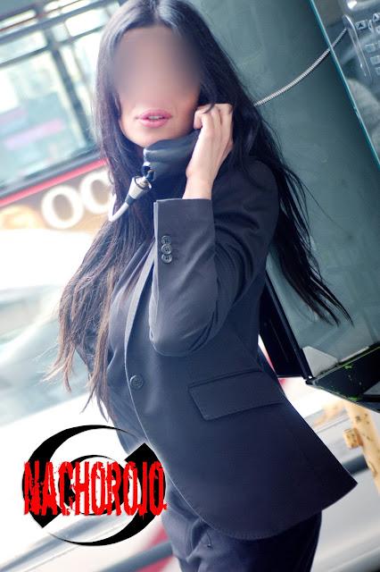 fotografía de exteriores para escort junto a cabina telefonica