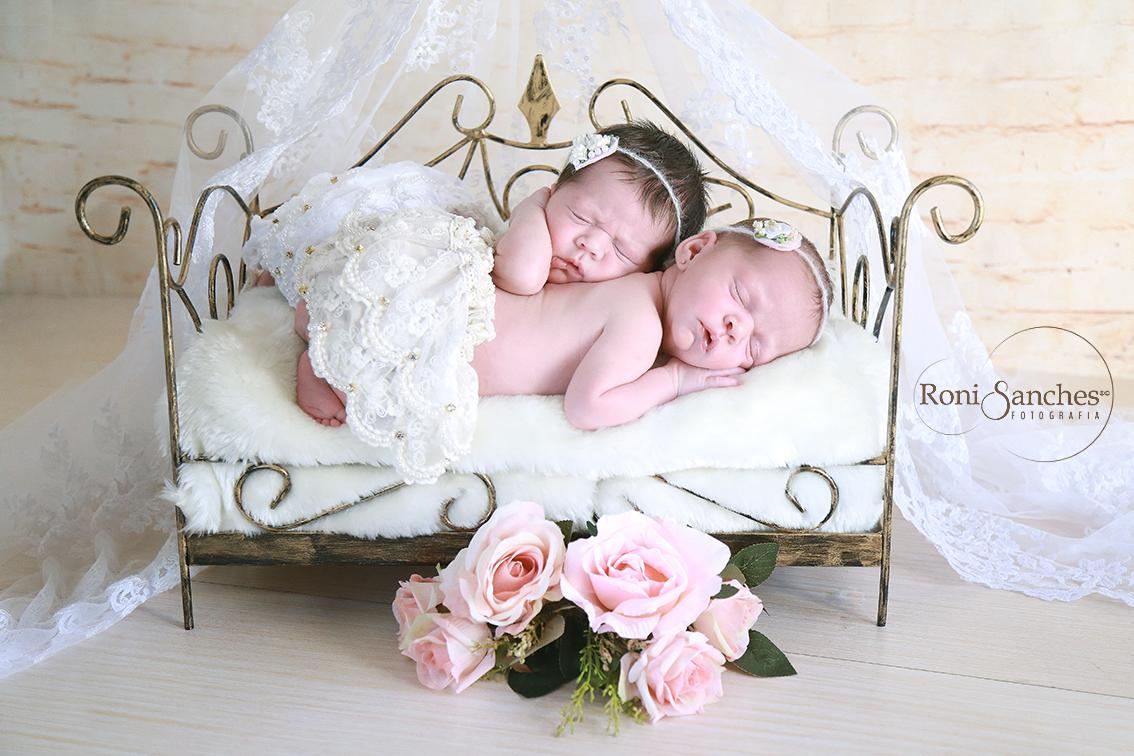 recém-nascida gêmeas