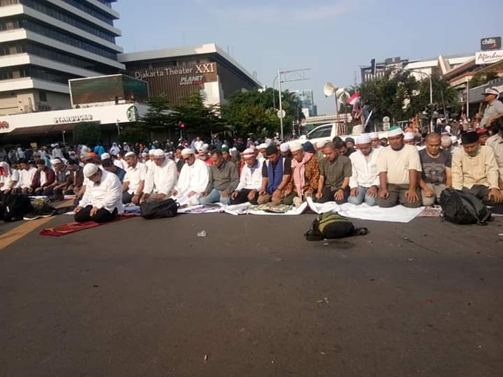 Polisi Pasang Kawat Duri dan Bawa Senjata, Begini Balasan Sejuk Peserta Aksi Kedaulatan Rakyat