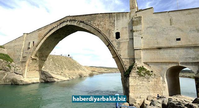 DİYARBAKIR-Batman'dan Diyarbakır'ın Silvan ilçesine bağlı Çatak köprü köyünde bulunan tarihi Malabadi Köprüsüne ziyarete giden Hüsameddin Kıl Batman çayında boğularak can verdi.