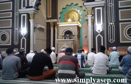 BERKURANG : Sudah seperti tradisi menjelang akhir Ramadhan, masjid sudah mulai berkurang jamaah Tarawehnya begitu pula di masjid Besar Islamiyah ini.  Foto Asep Haryono
