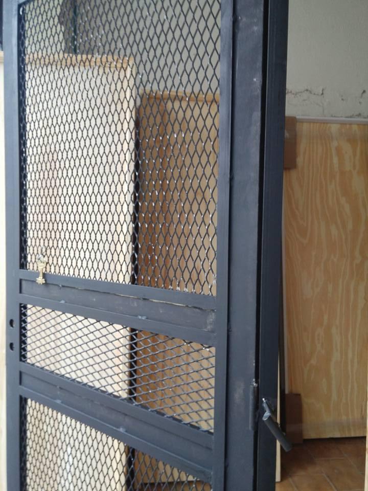 Puerta de rejas de malla ventana t puertas de rejas for Puertas mosquiteras precios