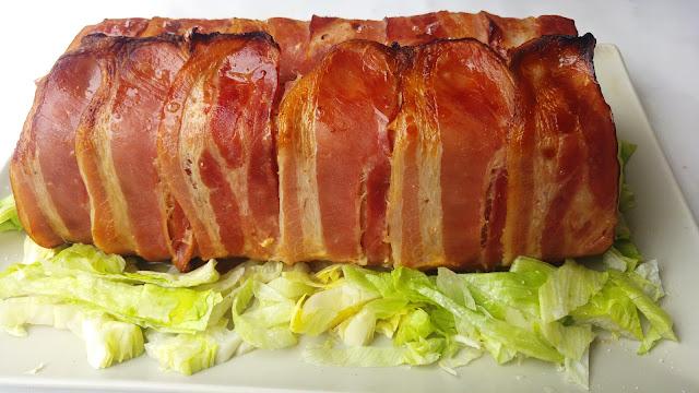 Pastel de carne sobre crujiente de beicon