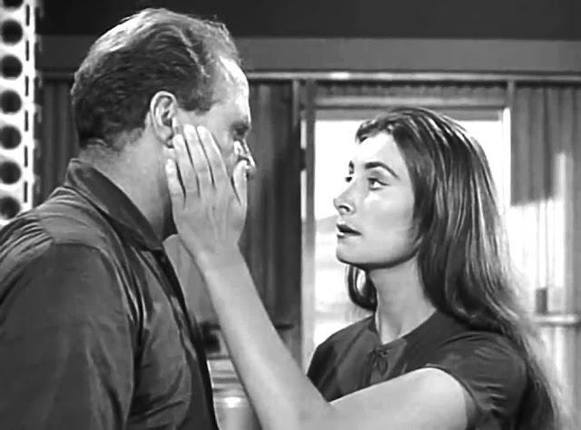 Corey (Jack Warden) face à Alicia (Jean Marsh), androïde parfait dans La Quatrième Dimension (1959-1964)