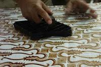 membuat batik cap sebagai penjelasan pengertian seni kriya