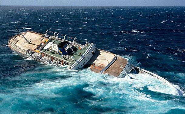 Το πλοίο που βυθιζόταν και η βάρκα που χωρούσε μόνο ένα άτομο!