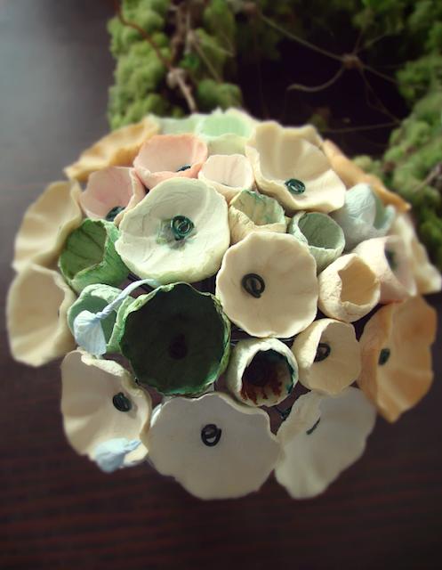 bouquet di fiori di carta tinte pastello: verde, ecrù, rosa, ocra