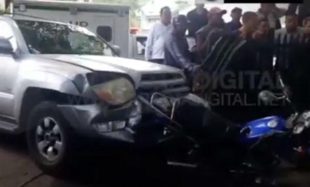 Arrolla con su camioneta a asaltantes que le robaron su celular.