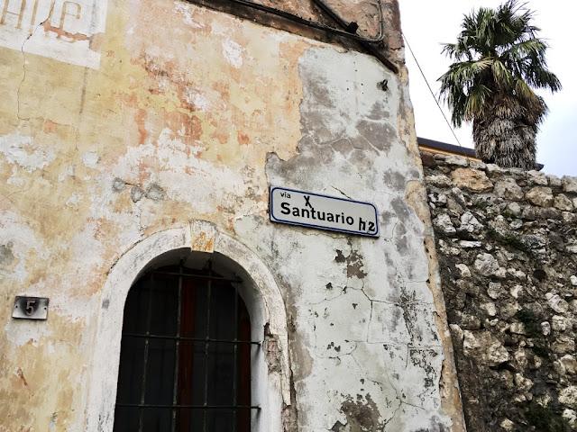 Začátek pěší stazky k Santuario Madonna della Corona