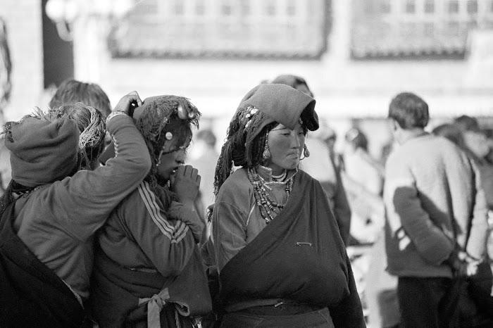 Tibet, Lhassa, Jokhang, tibétaines, © L. Gigout, 1990