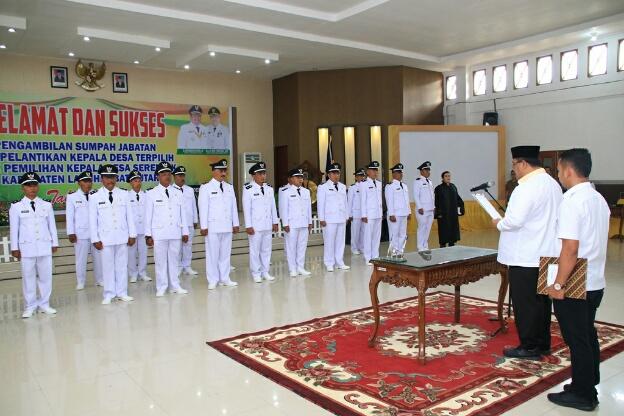Bupati Labura H. Kharuddin Syah, SE melantik 17 kepala desa terpilih.