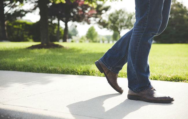Piedi che camminano nel modo giusto