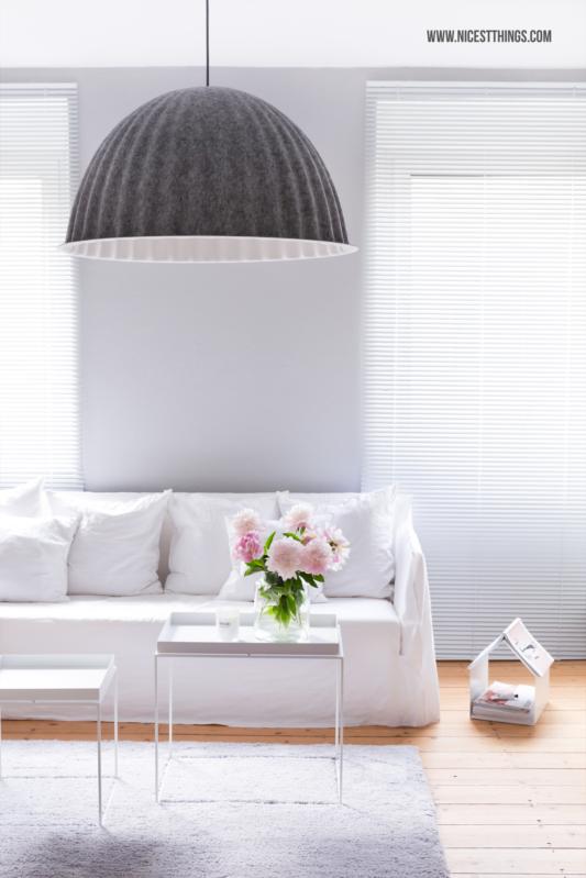 Wohnzimmer mit Muuto Under The Bell Lampe und Gervasoni Ghost Sofa