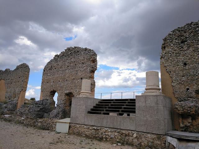 Aún quedan en pie algunas columnas corintias del escenario del Teatro romano de Clunia