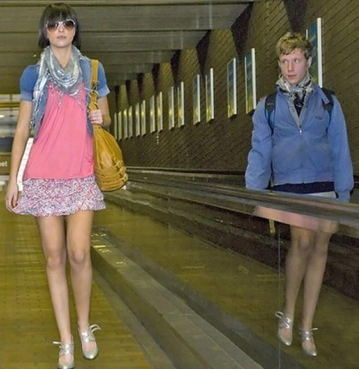 Fotos bizarras de pessoas traídas pelo espelho
