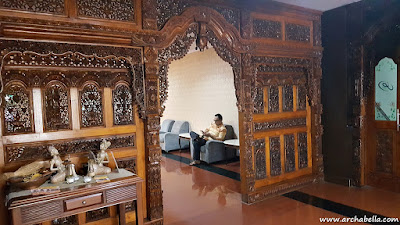 Gebyok Jawa sebagai partisi menuju Seruni Lounge.