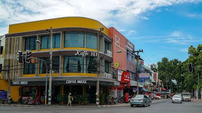 Kaffe 151 located on a junction along Phra Pokklao road