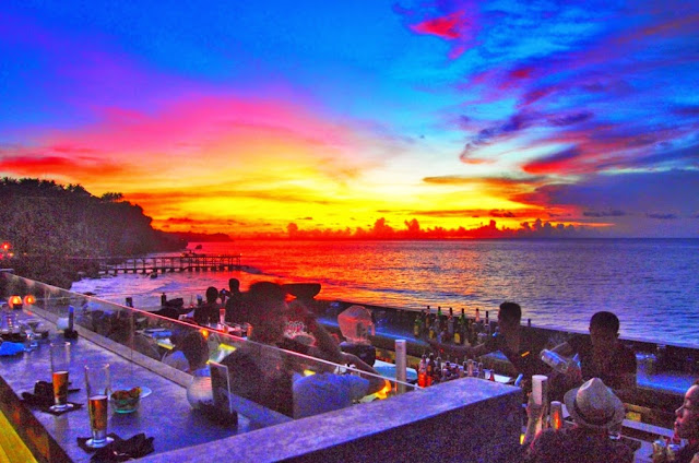 Tempat Makan Romantis di Bali yaitu Rock Bar