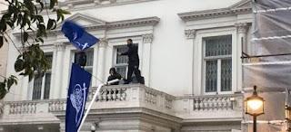 محتجون يقتحمون سفارة ايران