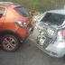 Colisão entre caminhão e dois carros na estrada de Arraial do Cabo