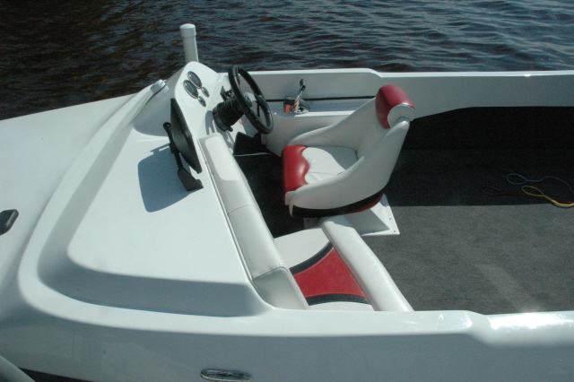 Dyna-Ski Boats: Dyna-Ski 20' Closed Bow powerd by a single