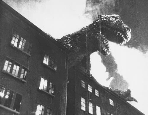 Godzilla escupe fuego sobre Tokio