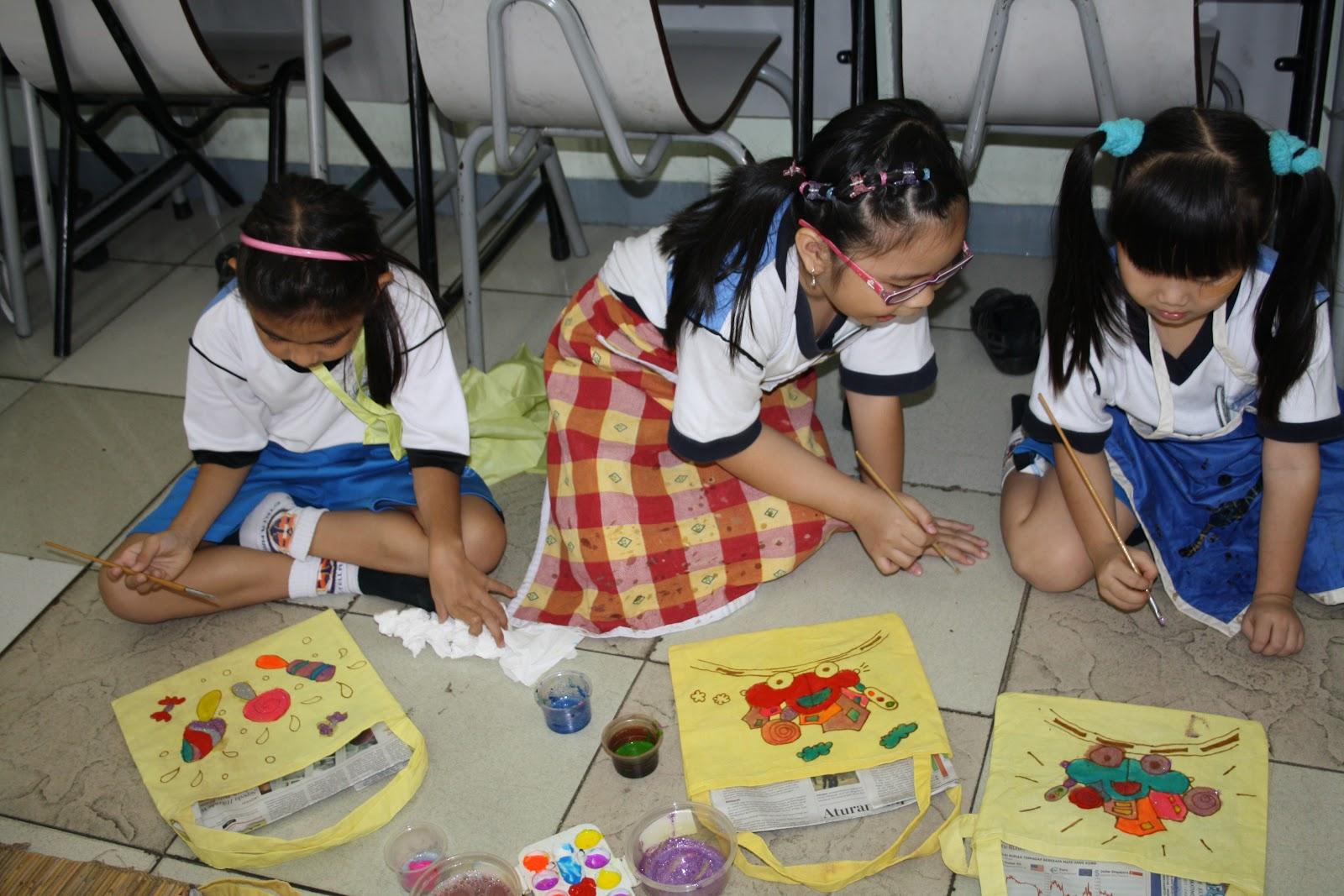 Ada terdapat banyak pilihan warna yang digunakan untuk mewarnai tas sesuai selera siswa siswi Dalam proses pewarnaan haruslah hati hati agar cat yang