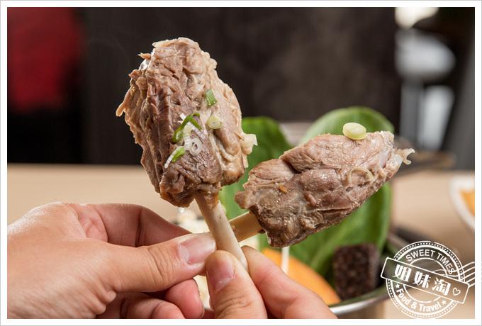 黑蒜肉骨茶鍋+魯夫帶骨棒棒腿只要百來元簡直超SKR的-燚鼎鄉極品鍋物料理