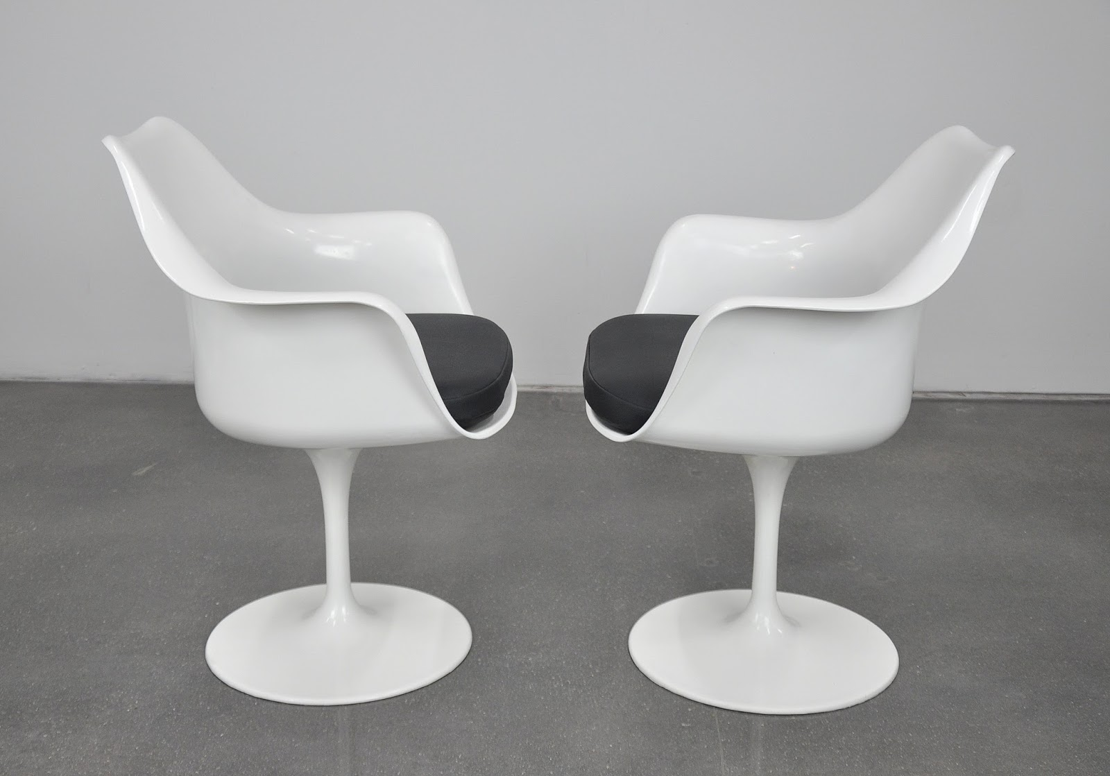 Select modern pair of eero saarinen for knoll swivel for Eero saarinen tulip armchair
