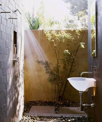 model kamar mandi sederhana dengan konsep outdoor yang alami