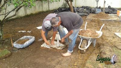 Bizzarri em um feriado trabalhando na execução de um caminho de pedra com pedra São Tomé tipo cacão amarelo com junta de grama em uma residência no Morumbi. 15 de novembro de 2016.