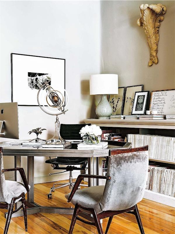 zona de trabajo con mesa y sillas de terciopleo desgastado chicanddeco