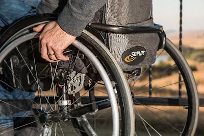 車いすに乗る人 医療保険制度