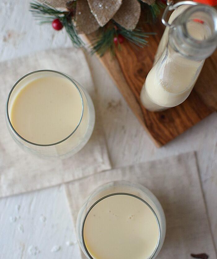 Hay otra versión del ponche crema llamada leche e' burra, se hace con licor artesanal sanjonero o miche claro, lo que le da un toque especiado