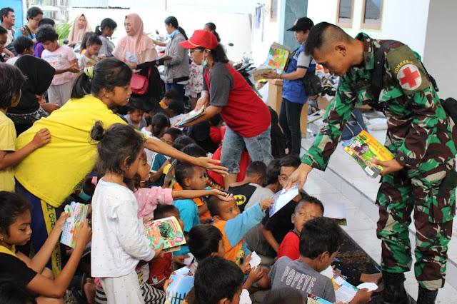 Satgas Yonkes 2 Kostrad Bagikan Buku Kepada Anak-Anak di Pengungsian Balaroa