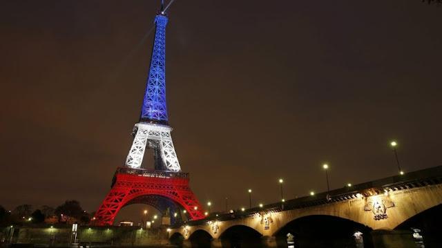 Wieża Eiffla w narodowych barwach Francji