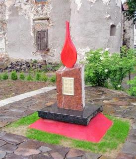 Замок Сент-Міклош. Пам'ятник «Полум'я миру»